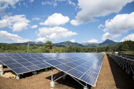 太陽光発電と八ヶ岳連峰の素材 [FYI00985099]