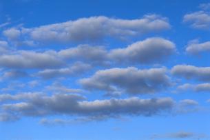 雲が浮かぶ青空の素材 [FYI00986062]