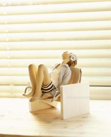 椅子に座り上を見上げる女性のクラフトの素材 [FYI00986198]
