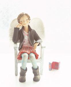 椅子に座り部屋で寛ぐ女性のクラフトの素材 [FYI00986201]