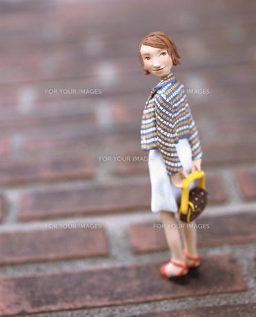 カバンを持って後を振り向く女性のクラフトの素材 [FYI00986206]