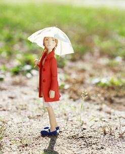 傘を差して歩く女性のクラフトの素材 [FYI00986209]