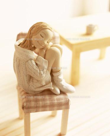 椅子に座り部屋で寛ぐ女性のクラフトの素材 [FYI00986211]