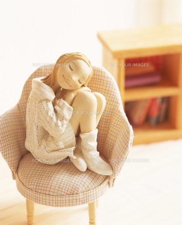 椅子に座り部屋で寛ぐ女性のクラフトの素材 [FYI00986225]