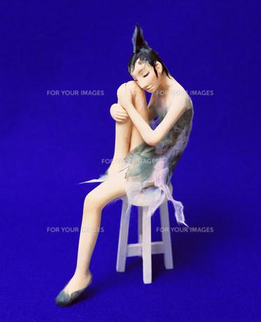 椅子に座る女性のクラフトの素材 [FYI00986324]