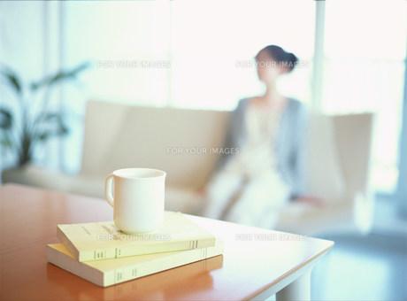 リビングでリラックスする女性の素材 [FYI00986325]