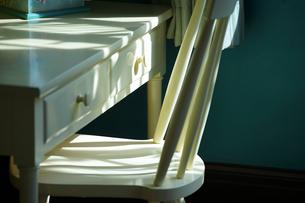 太陽の光の照らす机と椅子の写真素材 [FYI00986384]