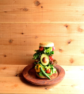 いろいろな野菜のハンバーガー 木材背景の写真素材 [FYI00986413]