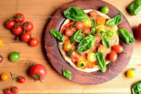 いろいろな種類のトマトのピザ 木材背景の写真素材 [FYI00986471]