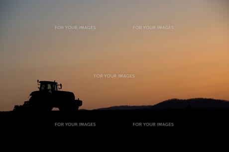 春の夕暮れの丘の農作業の写真素材 [FYI00986568]