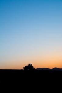 春の夕暮れの丘の農作業の写真素材 [FYI00986570]