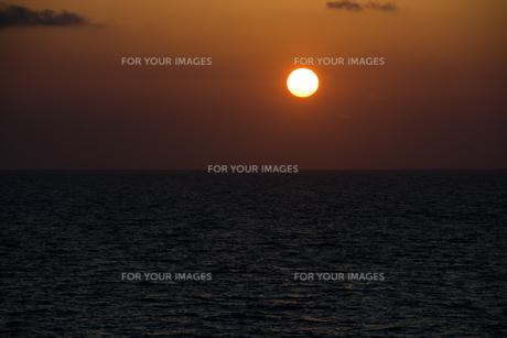 海に沈む夕日の写真素材 [FYI00986590]