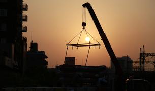 夕陽に照らされた工事現場の写真素材 [FYI00986803]