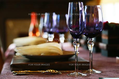 テーブルの上のアルコールのグラスと食器の写真素材 [FYI00986806]