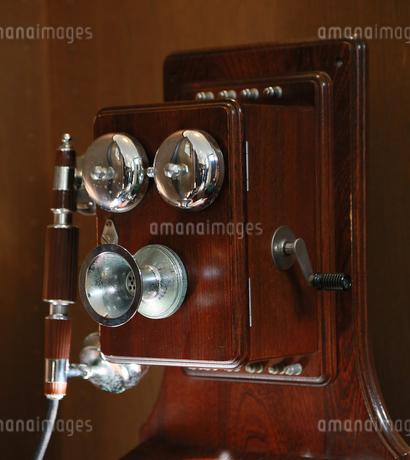 壁に掛かった昔風な電話機の写真素材 [FYI00986807]