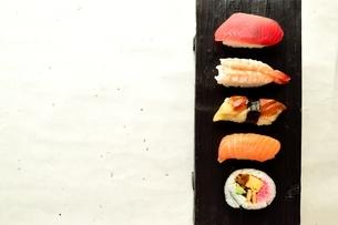 寿司 和紙背景の写真素材 [FYI00987163]