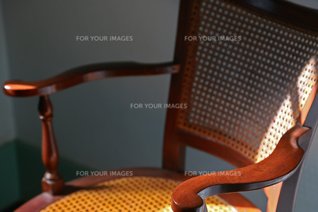 太陽光の照らす部屋の椅子の写真素材 [FYI00987297]