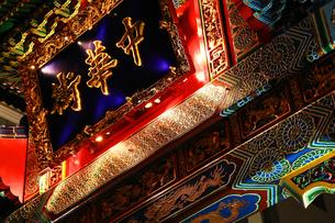 夜の横浜中華街の入口の門の写真素材 [FYI00987298]