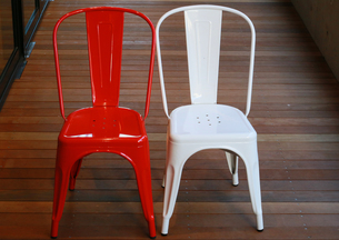 フローリングの上の赤色と白色の椅子の写真素材 [FYI00987302]