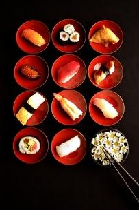 杯に盛り付けた寿司と小鉢にいけた小花の写真素材 [FYI00987479]