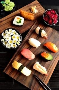 寿司盛り合わせと小鉢にいけた小花の写真素材 [FYI00987492]
