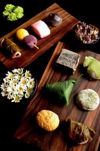 和菓子と小鉢にいけた小花の写真素材 [FYI00987511]