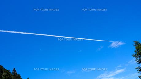 飛行機雲 空の写真素材 [FYI00987557]