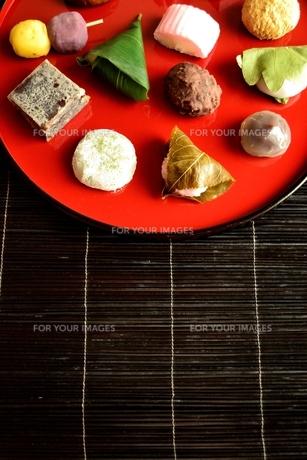 赤いおぼんに盛り付けた和菓子の写真素材 [FYI00987587]