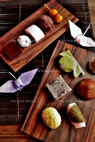 折鶴と和菓子の写真素材 [FYI00987593]