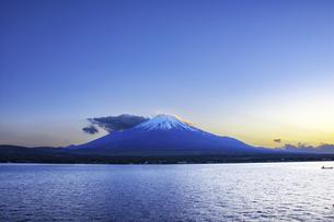 夕方の富士山の写真素材 [FYI00987805]