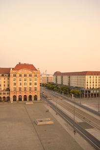 朝焼けのアルトマルクト(ドイツ・ドレスデン)の写真素材 [FYI00987828]
