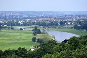 エルベ川に架かるヴァルトシュレスヒェン橋(ドイツ・ドレスデン)の写真素材 [FYI00987837]