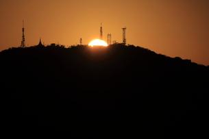眉山に沈む夕日の写真素材 [FYI00987880]