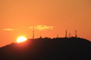 眉山に沈む夕日の写真素材 [FYI00987885]