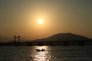眉山に沈む夕日の写真素材 [FYI00987888]