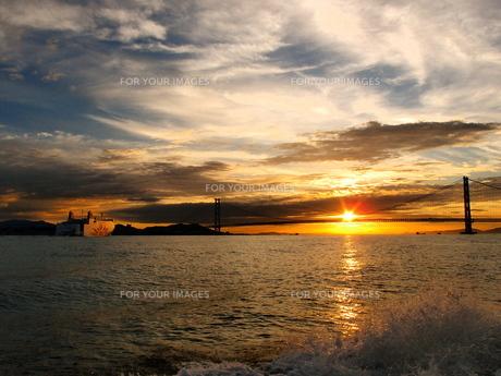 明石海峡のサンライズ   の写真素材 [FYI00987894]