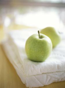 タオルにのった青りんごの素材 [FYI00989270]