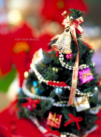 ベルのついたクリスマスツリーの素材 [FYI00989275]