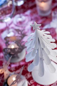 ツリーとキャンドルのクリスマスデコレーションの素材 [FYI00989301]
