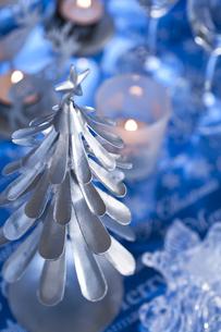ツリーとキャンドルのクリスマスデコレーションの素材 [FYI00989332]