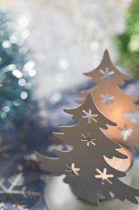 クリスマスツリーとキャンドルのクリスマスデコレーションの素材 [FYI00989348]