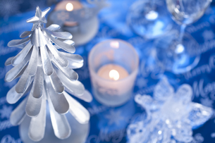 ツリーとキャンドルのクリスマスデコレーションの素材 [FYI00989370]