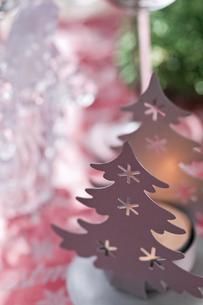 クリスマスツリーとキャンドルのクリスマスデコレーションの素材 [FYI00989373]