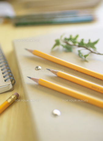 バインダーと鉛筆の素材 [FYI00989548]