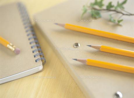 バインダーと鉛筆の素材 [FYI00989620]