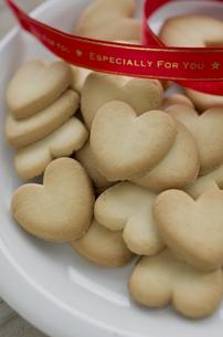 バレンタインのハートクッキーとリボンの素材 [FYI00989802]