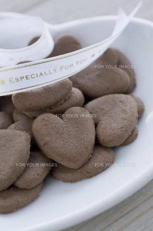 バレンタインのハートクッキーとリボンの素材 [FYI00989863]