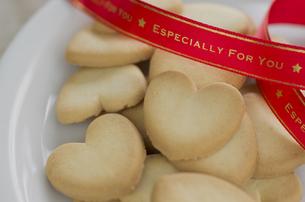 バレンタインのハートクッキーとリボンの素材 [FYI00989867]
