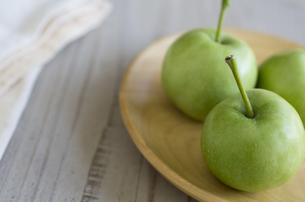皿に乗ったミニ青りんごの素材 [FYI00989923]