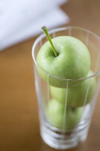 グラスに入ったミニ青りんごの素材 [FYI00989995]